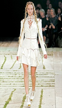 Theres at Alexander McQueen Spring/Summer 2011
